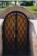 Brána k vinnému sklípku z kovaných mříží